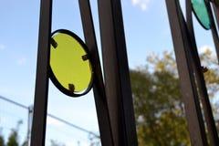 Ornamentos amarillos y azules en la cerca Fotografía de archivo libre de regalías