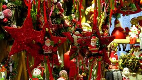 Ornamentos asteroides rojos del árbol de navidad Foto de archivo
