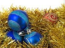 Ornamentos azules de la Navidad y g Imagenes de archivo