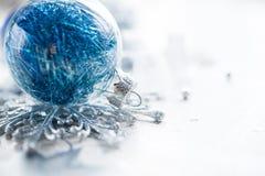 Ornamentos azules de Navidad en fondo brillante del día de fiesta Fotos de archivo libres de regalías