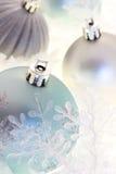 Ornamentos azules y de plata de la Navidad Imagenes de archivo