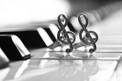 Ornamentos bajo la forma de clave de sol en el teclado de piano Foto de archivo libre de regalías