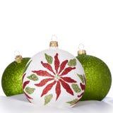 Ornamentos blancos, verdes, rojos de la Navidad en blanco Foto de archivo libre de regalías