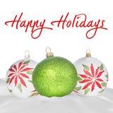 Ornamentos blancos, verdes y rojos de la Navidad en blanco Foto de archivo