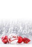 Ornamentos blancos y rojos de la Navidad en fondo del bokeh del brillo con el espacio para el texto Navidad y Feliz Año Nuevo Foto de archivo