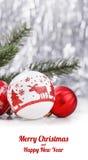 Ornamentos blancos y rojos de la Navidad en fondo del bokeh del brillo con el espacio para el texto Navidad y Feliz Año Nuevo Imagenes de archivo