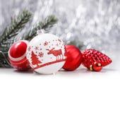 Ornamentos blancos y rojos de la Navidad en fondo del bokeh del brillo con el espacio para el texto Navidad y Feliz Año Nuevo Imagen de archivo