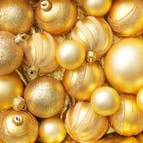 Ornamentos brillantes de la Navidad del oro Imágenes de archivo libres de regalías