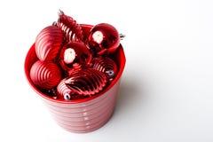 Ornamentos brillantes rojos de la decoración del Año Nuevo de la Navidad foto de archivo libre de regalías