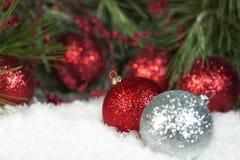 Ornamentos brillantes rojos de la Navidad Foto de archivo libre de regalías