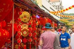 Ornamentos chinos del Año Nuevo de la puerta de la compra de la gente, Chinatown, Singapur Fotografía de archivo libre de regalías