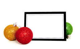 Ornamentos/chuchería de la Navidad alrededor de una tarjeta de nota Foto de archivo