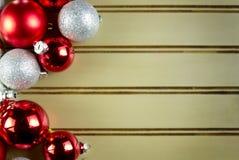 Ornamentos clasificados de la Navidad en fondo verde Imagen de archivo libre de regalías