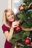 Ornamentos colgantes en un árbol de navidad Foto de archivo libre de regalías