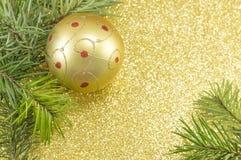 Ornamentos coloreados de oro de la Navidad en un árbol de abeto Foto de archivo libre de regalías