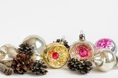 Ornamentos coloridos de la Navidad del vintage con los conos Imagen de archivo