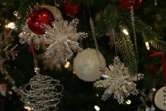 Ornamentos cristalinos chispeantes del copo de nieve fotografía de archivo