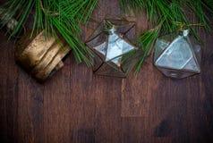 Ornamentos de cristal delicados de la Navidad y ramas naturales del pino foto de archivo