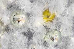 Ornamentos de cristal de la bola de la Navidad con las luces en las ramas blancas Imágenes de archivo libres de regalías