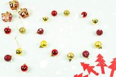 Ornamentos de la bola del festival con rojo y oro Imagenes de archivo