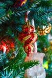 Ornamentos de la ejecución del árbol de navidad Fotos de archivo libres de regalías