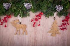 Ornamentos de la Navidad con acebo, el árbol de pino y los corazones Imagenes de archivo