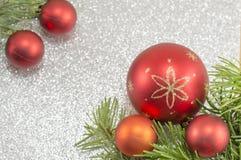 Ornamentos de la Navidad con el árbol de abeto Imágenes de archivo libres de regalías