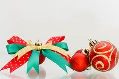 Ornamentos de la Navidad con el arco Foto de archivo