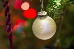 Ornamentos de la Navidad con el fondo del bokeh Imágenes de archivo libres de regalías