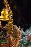 Ornamentos de la Navidad con la guirnalda de las gotas, de los conos del pino y de las bellotas poniendo en una cesta Imágenes de archivo libres de regalías