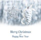 Ornamentos de la Navidad de plata y blanca en fondo del bokeh del brillo con el espacio para el texto Fotos de archivo libres de regalías