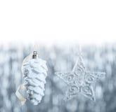Ornamentos de la Navidad de plata y blanca en fondo del bokeh del brillo con el espacio para el texto Navidad y Feliz Año Nuevo Fotos de archivo libres de regalías