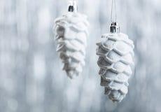 Ornamentos de la Navidad de plata y blanca en fondo del bokeh del brillo con el espacio para el texto Navidad y Feliz Año Nuevo Fotografía de archivo libre de regalías