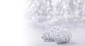 Ornamentos de la Navidad de plata y blanca en fondo del bokeh del brillo con el espacio para el texto Navidad y Feliz Año Nuevo Imagen de archivo