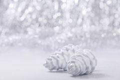 Ornamentos de la Navidad de plata y blanca en fondo del bokeh del brillo con el espacio para el texto Navidad y Feliz Año Nuevo Fotos de archivo