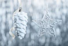 Ornamentos de la Navidad de plata y blanca en fondo del bokeh del brillo con el espacio para el texto Navidad y Feliz Año Nuevo Imagen de archivo libre de regalías