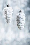 Ornamentos de la Navidad de plata y blanca en fondo del bokeh del brillo con el espacio para el texto Navidad y nuevo feliz Fotografía de archivo libre de regalías