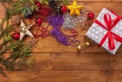 Ornamentos de la Navidad, decoraciones y presente, fondo de las vacaciones de invierno Imagen de archivo