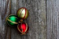 Ornamentos de la Navidad del vintage en fondo apenado Foto de archivo