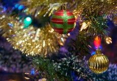 Ornamentos de la Navidad en árbol imágenes de archivo libres de regalías