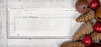 Ornamentos de la Navidad en el panel de madera Fotografía de archivo libre de regalías