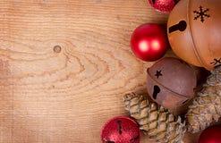 Ornamentos de la Navidad en el panel de madera Fotografía de archivo