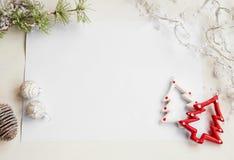 Ornamentos de la Navidad en el saludo del Libro Blanco con el espacio de la copia, guisante Fotografía de archivo libre de regalías