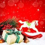 Ornamentos de la Navidad en estilo del vintage sobre fondo rojo Imagenes de archivo