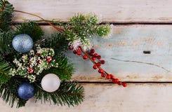 ornamentos de la Navidad en Feliz Año Nuevo del fondo blanco Espacio para el texto Imagen de archivo libre de regalías