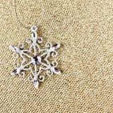 Ornamentos de la Navidad en fondo elegante de la Navidad del oro. Festiv Imágenes de archivo libres de regalías
