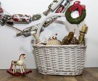 Ornamentos de la Navidad en la cesta fotografía de archivo libre de regalías