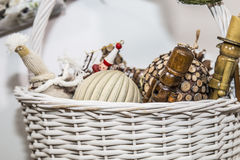 Ornamentos de la Navidad en la cesta imagenes de archivo