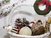 Ornamentos de la Navidad en la cesta foto de archivo libre de regalías