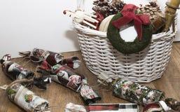 Ornamentos de la Navidad en la cesta imagen de archivo